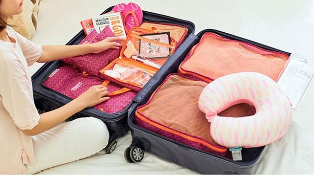 Фото упаковка чемодана с сумочками и косметичками из красного набора в ромбик. Интернет-магазин В Отпуск!